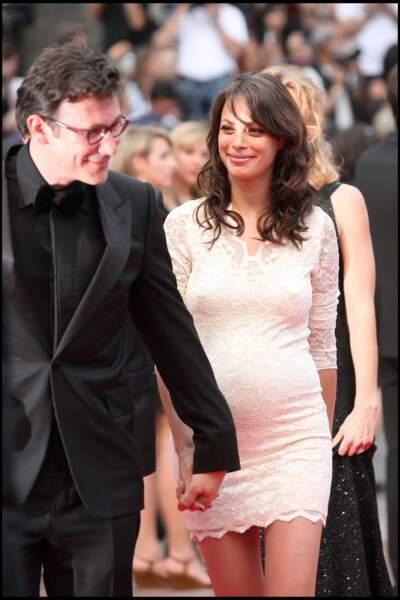 """Le réalisateur Michel Hazanavicius et sa femme Bérénice Bejo, enceinte, à la montée des marches du film """"Les bien-aimées"""", le 22 mai 2011."""