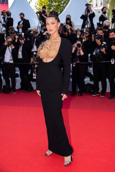 Cannes 2021 : Bella Hadid décolleté bijou
