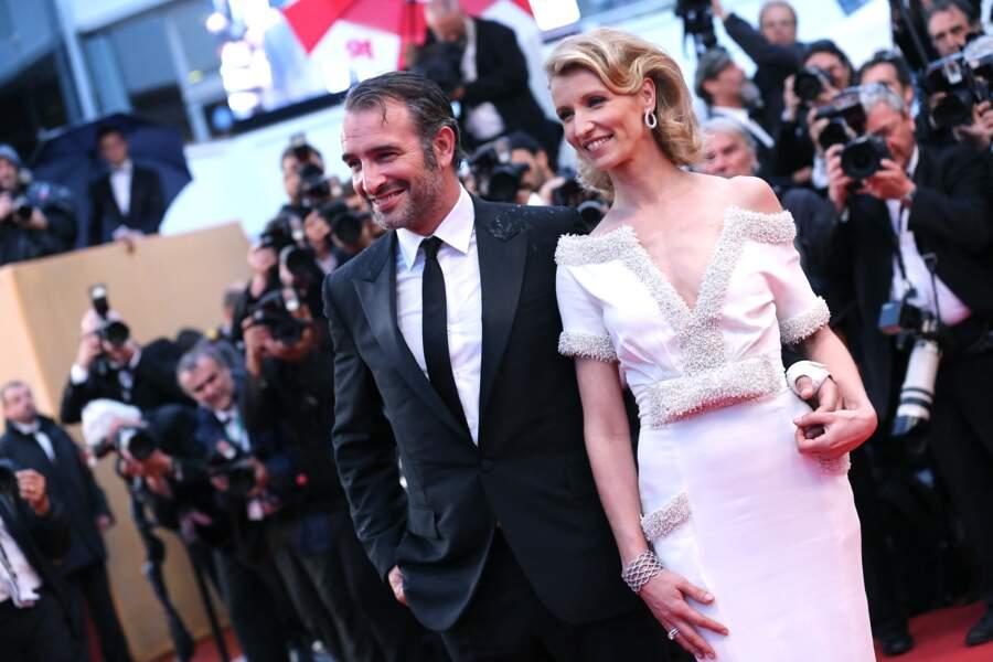 """Jean Dujardin et Alexandra Lamy, à la montée des marches du film """"Thérèse Desqueyroux"""", projeté à la cérémonie de clôture du 65e Festival du film de Cannes, le 27 mai 2012."""