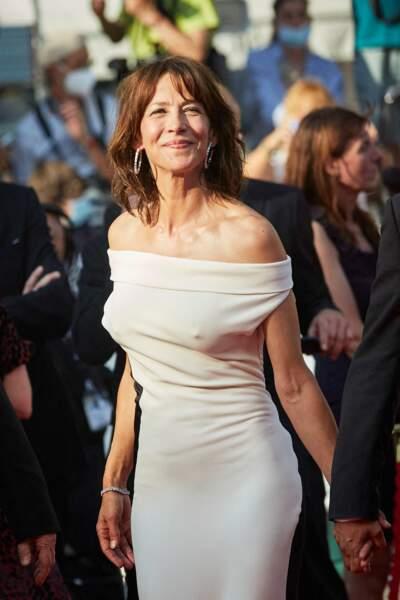 Sophie Marceau en robe bicolore