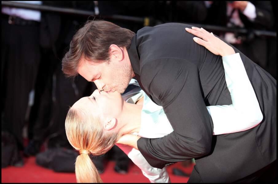"""Le lendemain, le 15 mai 2011, le couple, en pleine embrassade, lors de la montée des marches pour le film """"The artist""""..."""