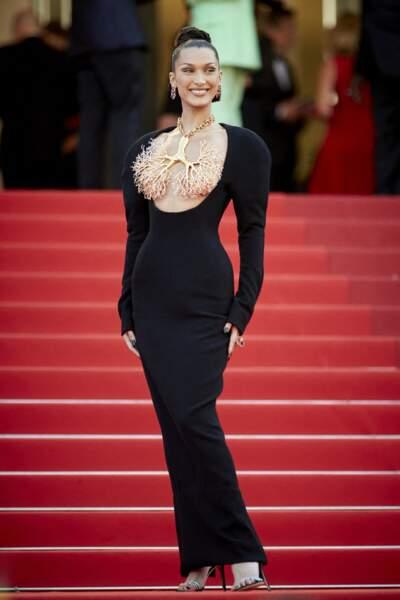 Bella Hadid en robe décolletée bijoux