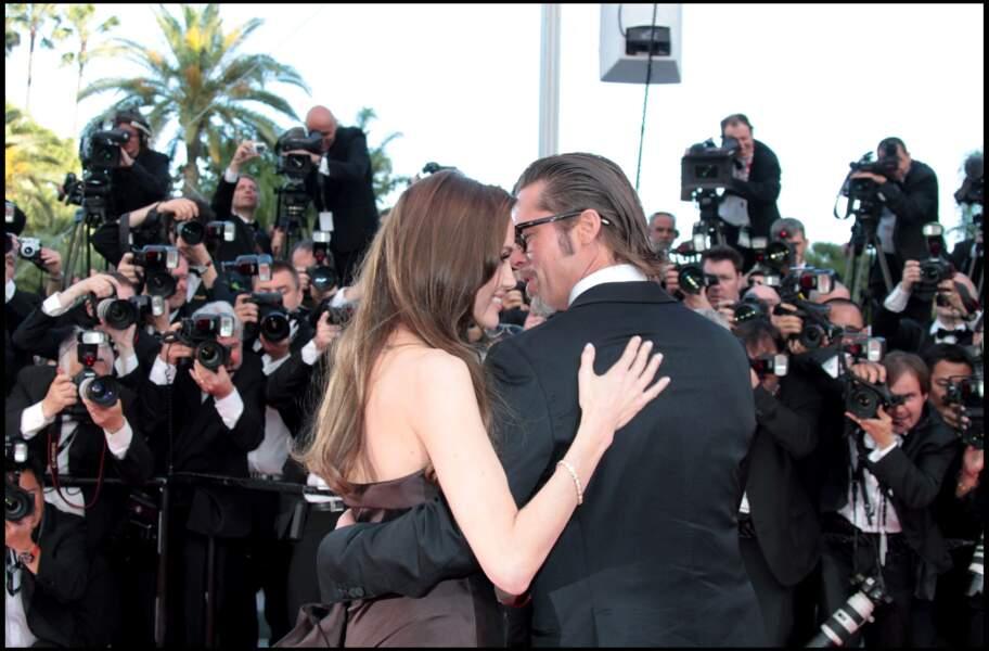 Brad Pitt et Angelina Jolie, amoureux, posent devant les photographes à l'occasion de la présentation...