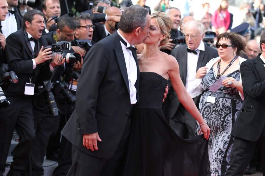 """Thierry Ardisson embrasse sa femme Audrey Crespo-Mara, sur le tapis rouge du film """"Lawless"""", lors du 65e Festival du film de Cannes, le 19 mai 2012."""