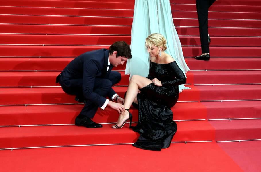 ... lors de la montée des marches, la comédien a secouru sa belle, à propos d'un problème de lacets.