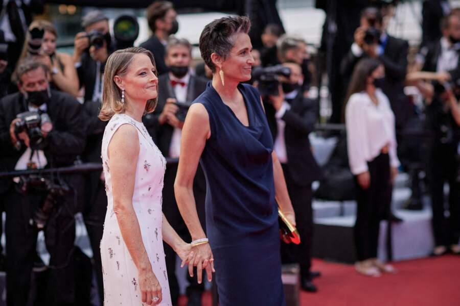"""Jodie Foster et sa femme Alexandra Hedison à la montée des marches du film """"Annette"""", lors de la cérémonie d'ouverture du 74e Festival International du Film de Cannes, le 6 juillet 2021."""