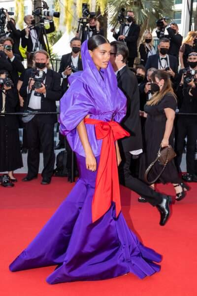 Tina Kunakey en robe sculpturale
