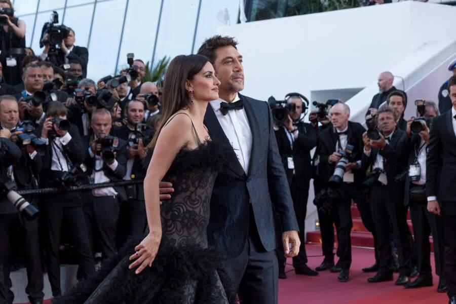 """Penélope Cruz et Javier Bardem à la montée des marches du film """"Everybody Knows"""", lors de la cérémonie d'ouverture du 71e Festival International du Film de Cannes, le 8 mai 2018."""