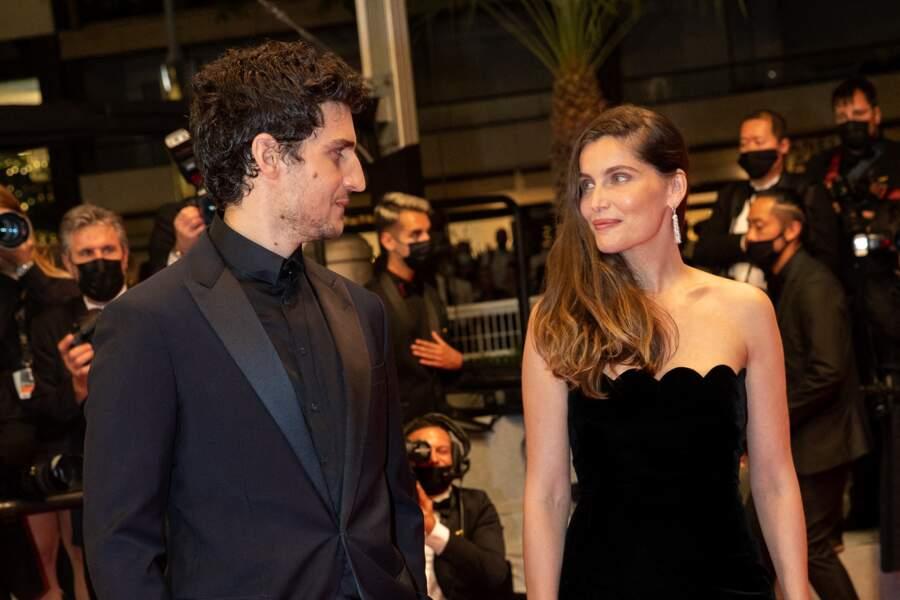 """Louis Garrel et Laetitia Casta à la montée des marches du film """"Bac Nord"""", lors du 74ème Festival International du Film de Cannes, le 12 juillet 2021."""