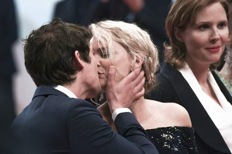 """... s'embrassent sur le tapis rouge, lors de la première du film """"Sybil"""" dans lequel ils jouent tous les deux..."""