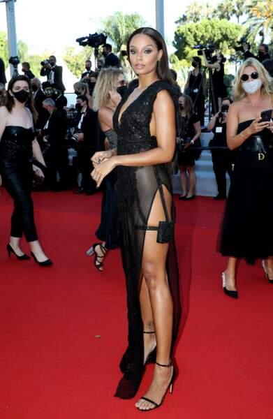 Alicia Aylies en robe ultra-fendue