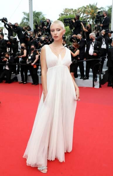 Cannes 2021 : Iris Law en robe immaculée