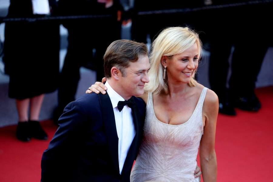 """Laurence Ferrari et son mari Renaud Capuçon à la montée des marches du film """"Benedetta"""", lors du 74e Festival International du Film de Cannes, le 9 juillet 2021."""