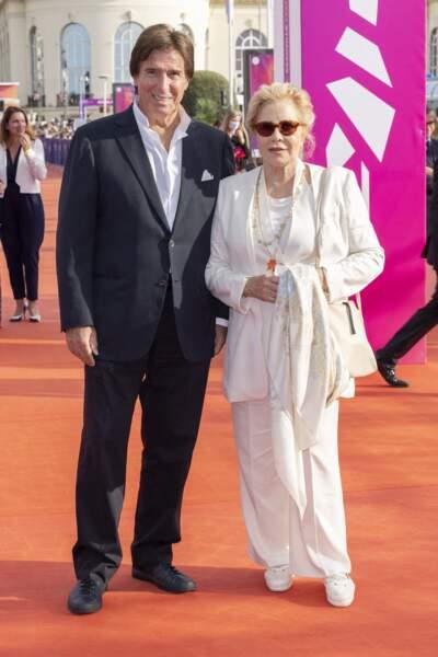 """... où Sylvie Vartan et Tony Scotti se sont montrés à la première du film """"Les choses humaines""""."""