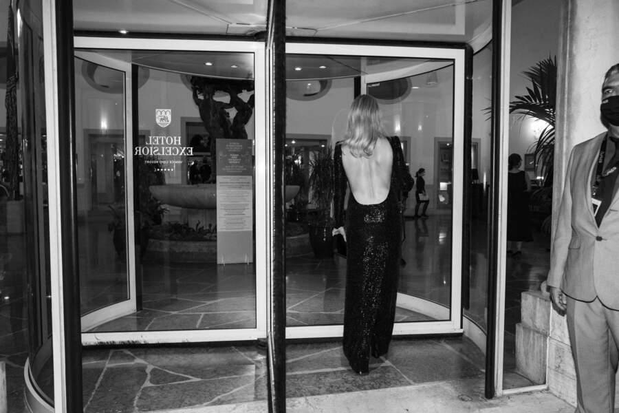 Virginie Efira à la Mostra : en robe sirène de dos