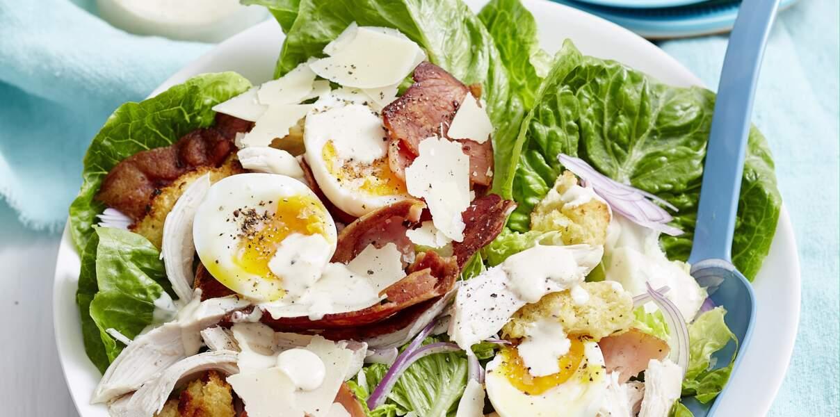 Salade césar aux œufs mollets