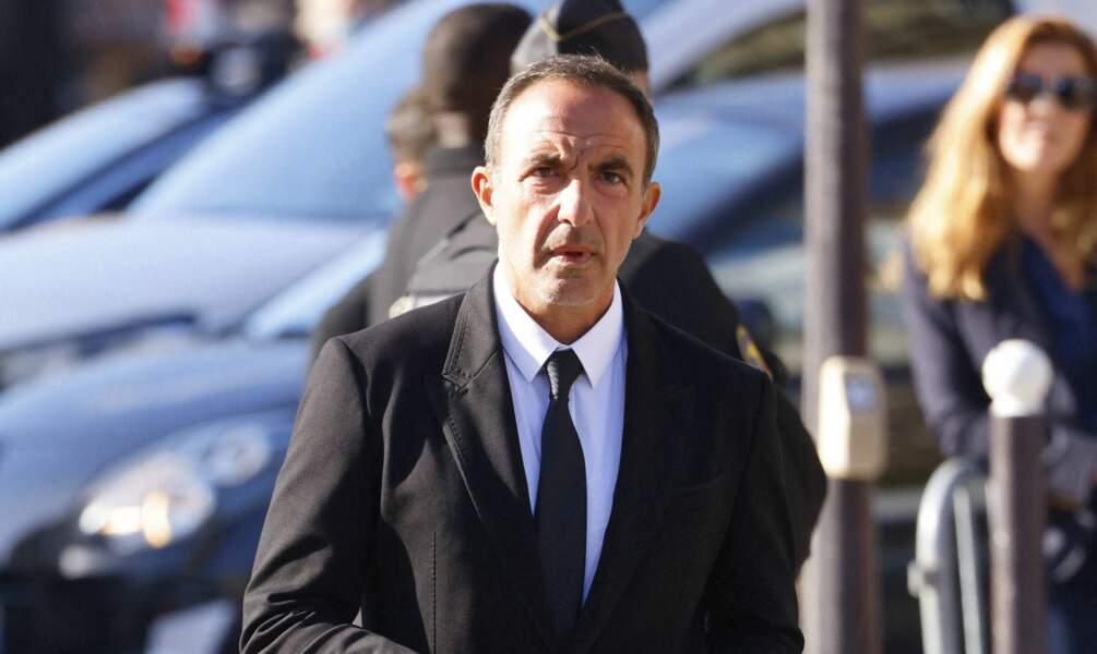 Arrivée de Nikos Aliagas à la messe funéraire en hommage à Bernard Tapie