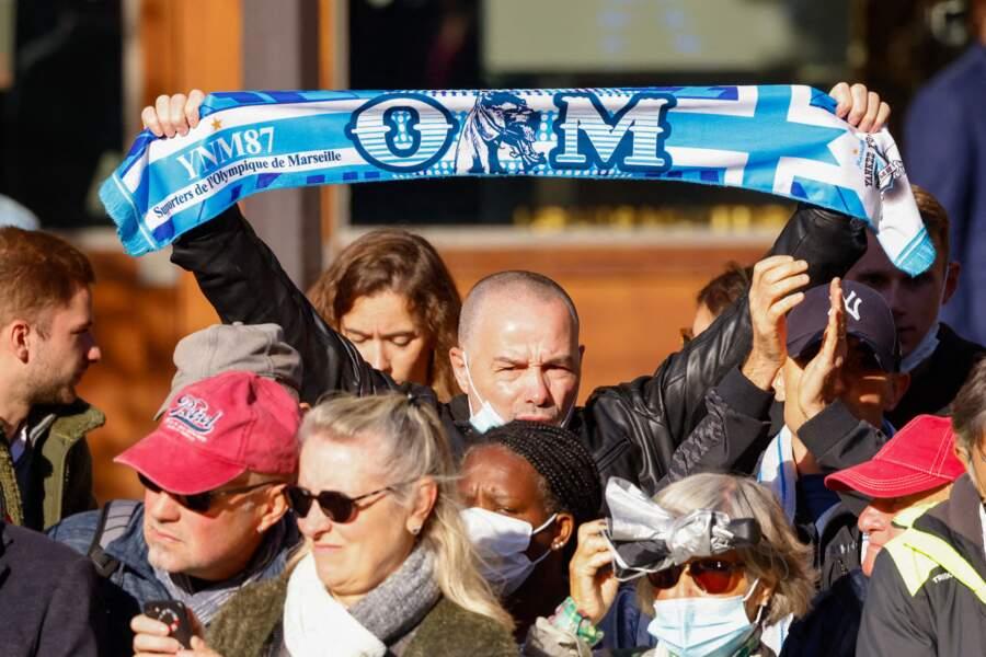 Hommage à Bernard Tapie : des fans de l'OM présents devant l'église de Saint-Germain-des-Prés