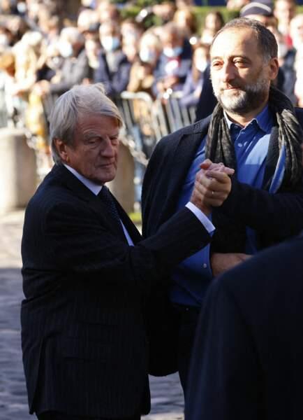Arrivée de Bernard Kouchner à la messe funéraire en hommage à Bernard Tapie