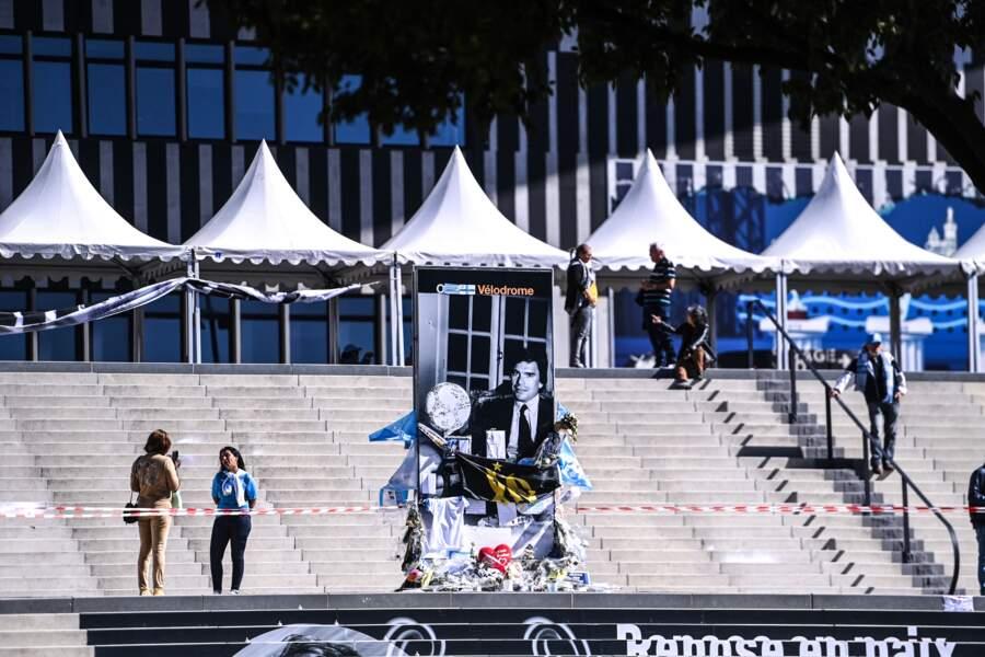 Une photo de Bernard Tapie trône devant le Stade Vélodrome de Marseille
