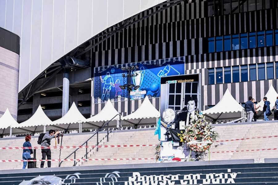 Les supporters de l'Olympique de Marseille saluent la mémoire de Bernard Tapie jeudi 7 octobre 2021