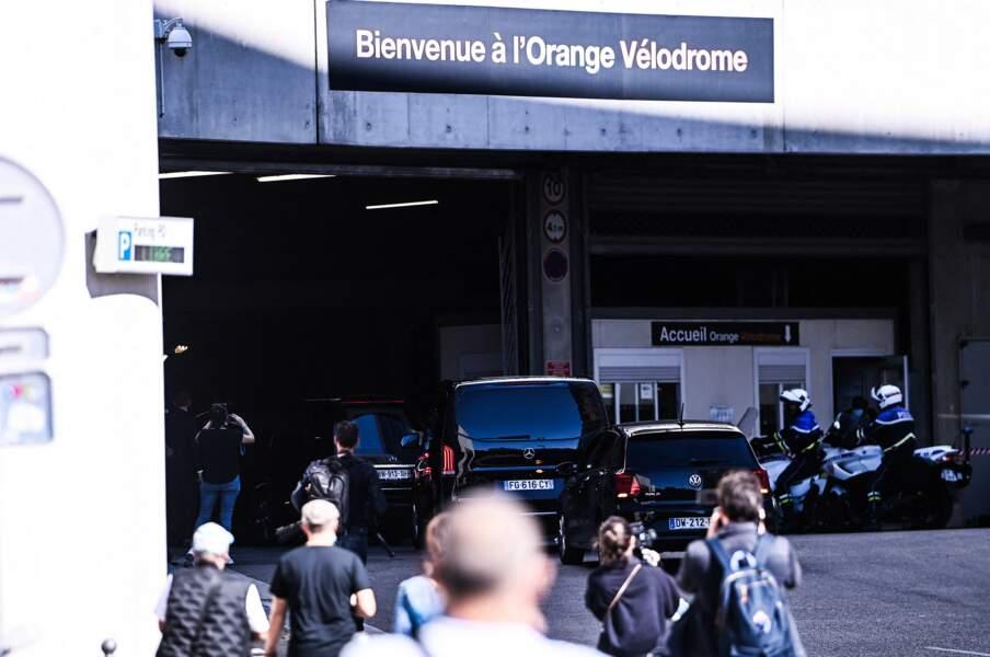 De nombreux supporters ainsi que des joueurs de l'OM rendent hommage à Bernard Tapie au stade Vélodrome