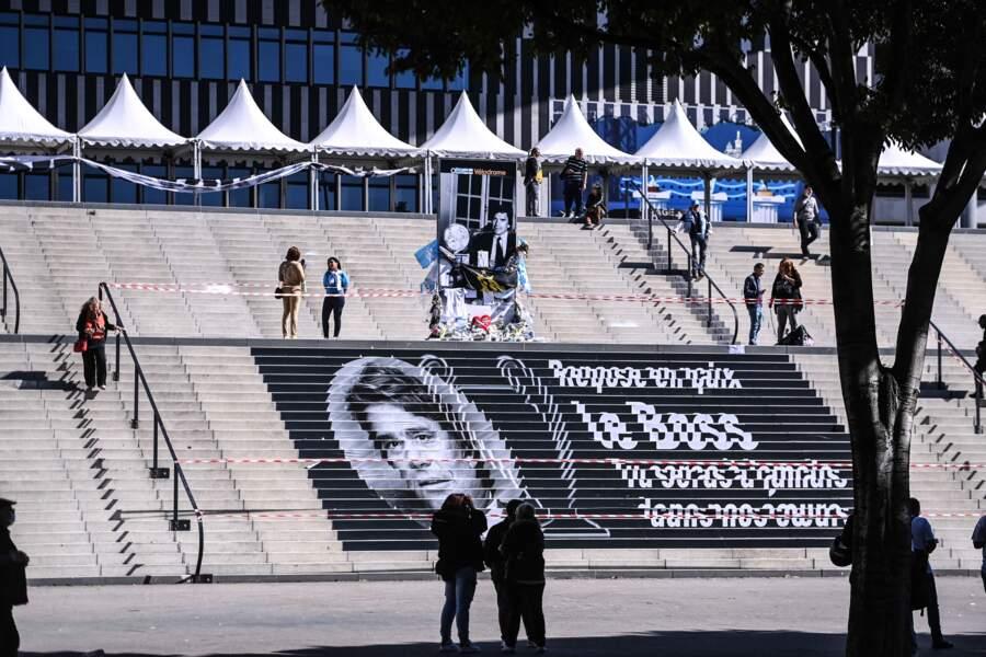 """Ces quelques mots sont inscrits en hommage à Bernard Tapie devant le stade Vélodrome : """"Repose en paix le boss. Tu seras à jamais dans nos cœurs."""""""