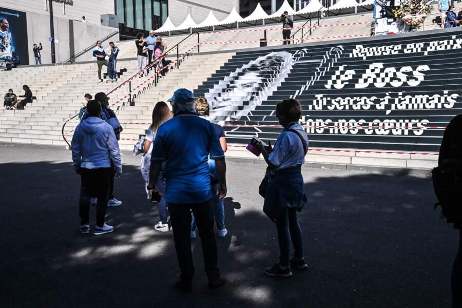 La tribune Jean-Bouin a été ouverte au public pour que les supporters de l'OM puissent se recueillir, après la mort de Bernard Tapie