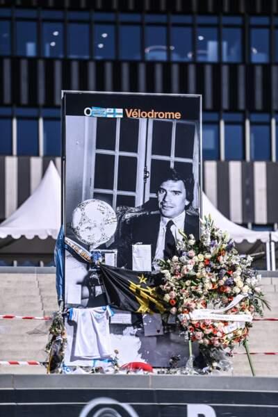 Des maillots de l'OM ainsi qu'une gerbe de fleurs ont été déposés devant le stade Vélodrome de Marseille, en hommage à Bernard Tapie