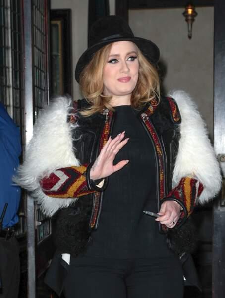 Adele saluant des fans en novembre 2015